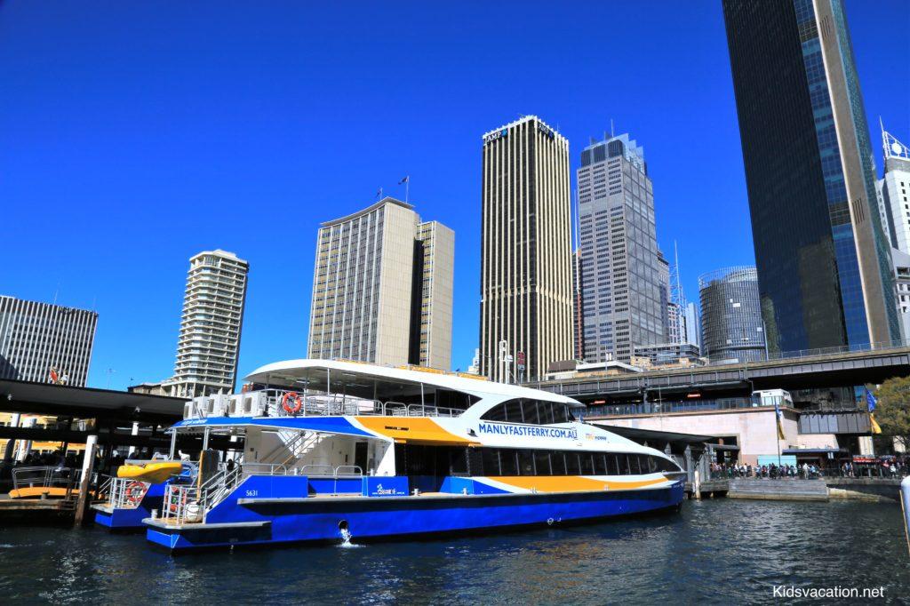シドニーフェリーと高層ビル街