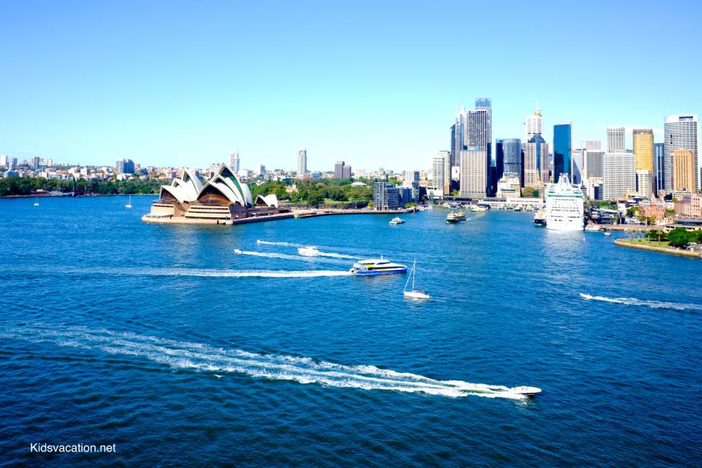 シドニー湾を航行するボートとオペラハウス