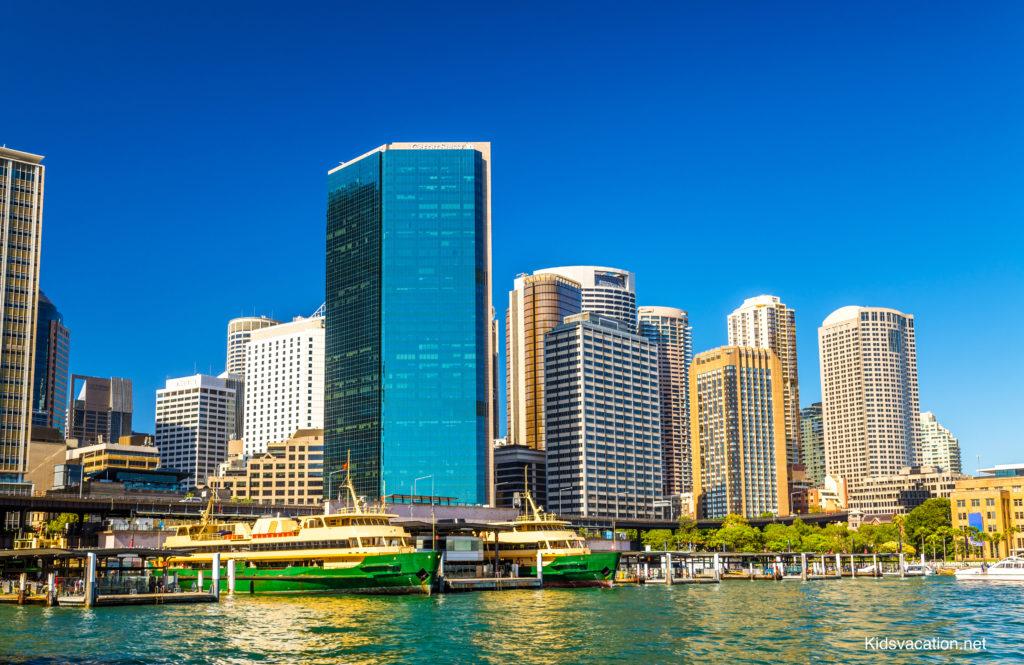 サーキュラーキーに停泊するフェリーとシドニーの高層ビル