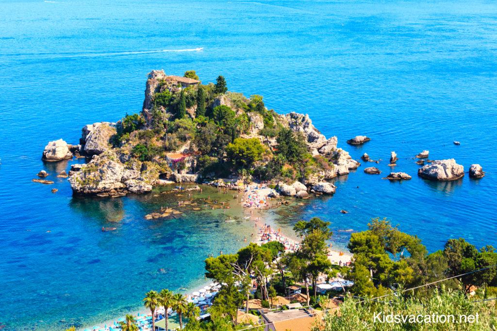 イソラベッラで泳ぐ観光客とイオニア海