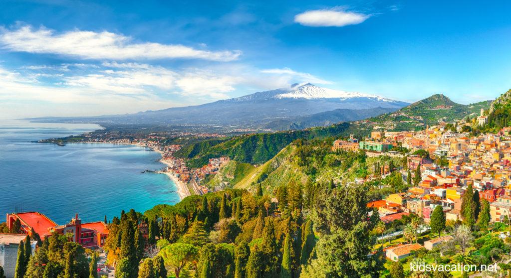 タオルミーナの街並みとイオニア海とエトナ山の眺め