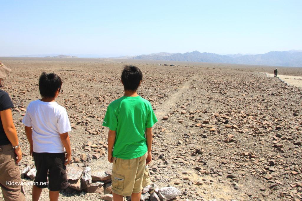 ナスカの線を至近距離で見る子供達