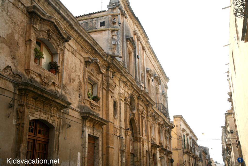 ヴィットリオ・エマヌエーレ通りに並ぶバロック建築の建物