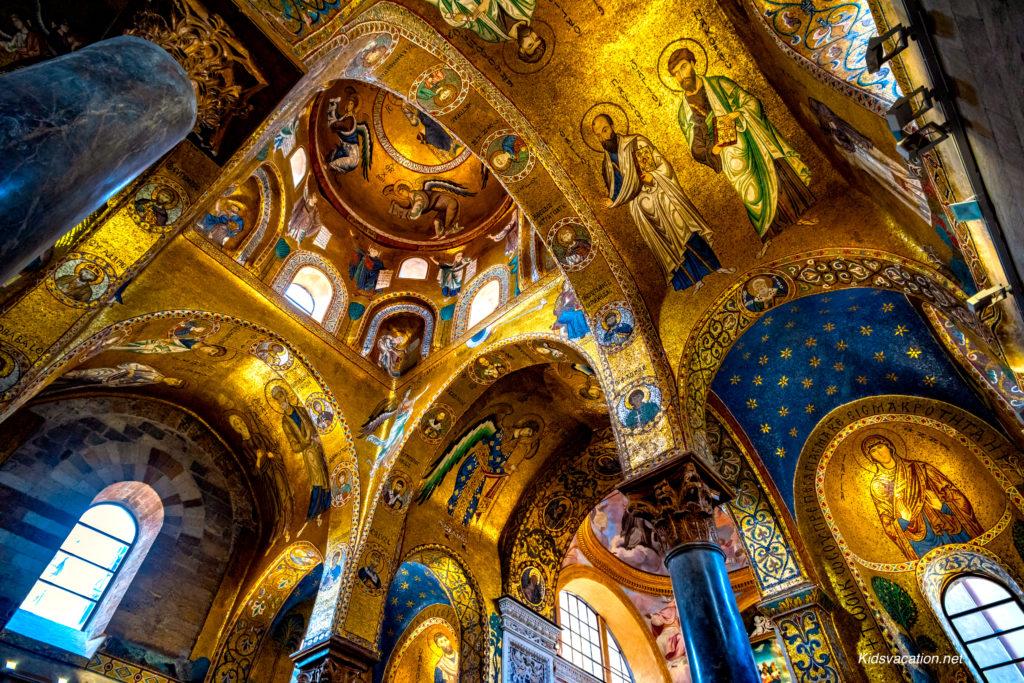 金色に輝くマルトラーナ教会内部のモザイク