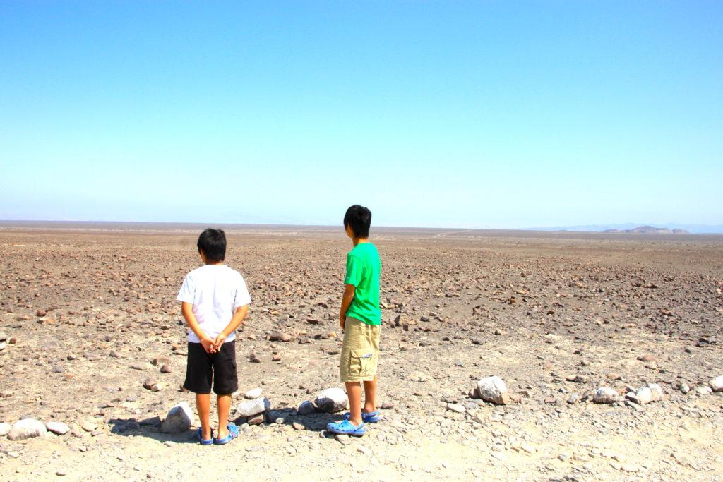 ナスカ平原を眺める子ども達