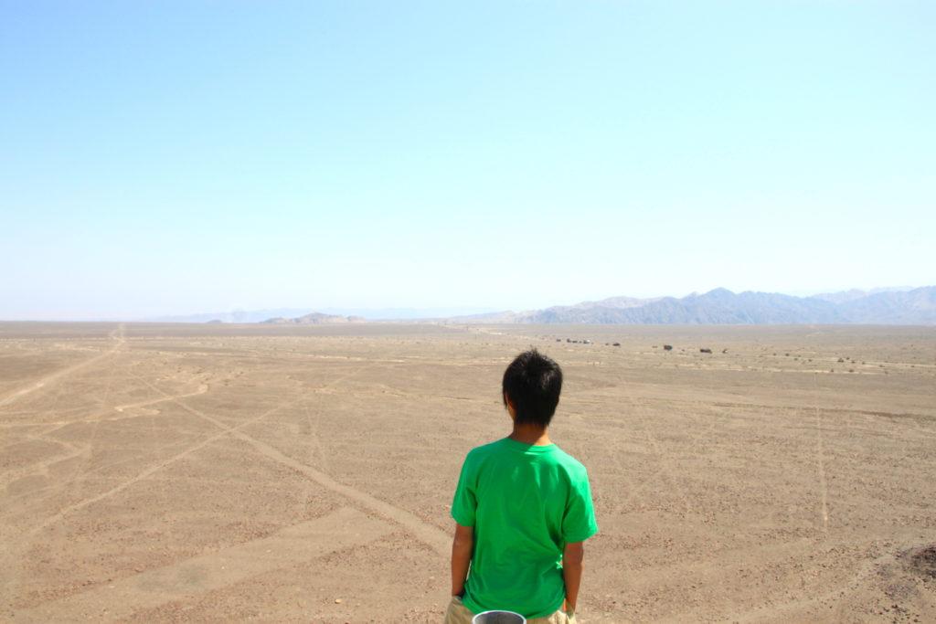 ナスカ平原とパンアメリカンハイウェイを見渡す長男