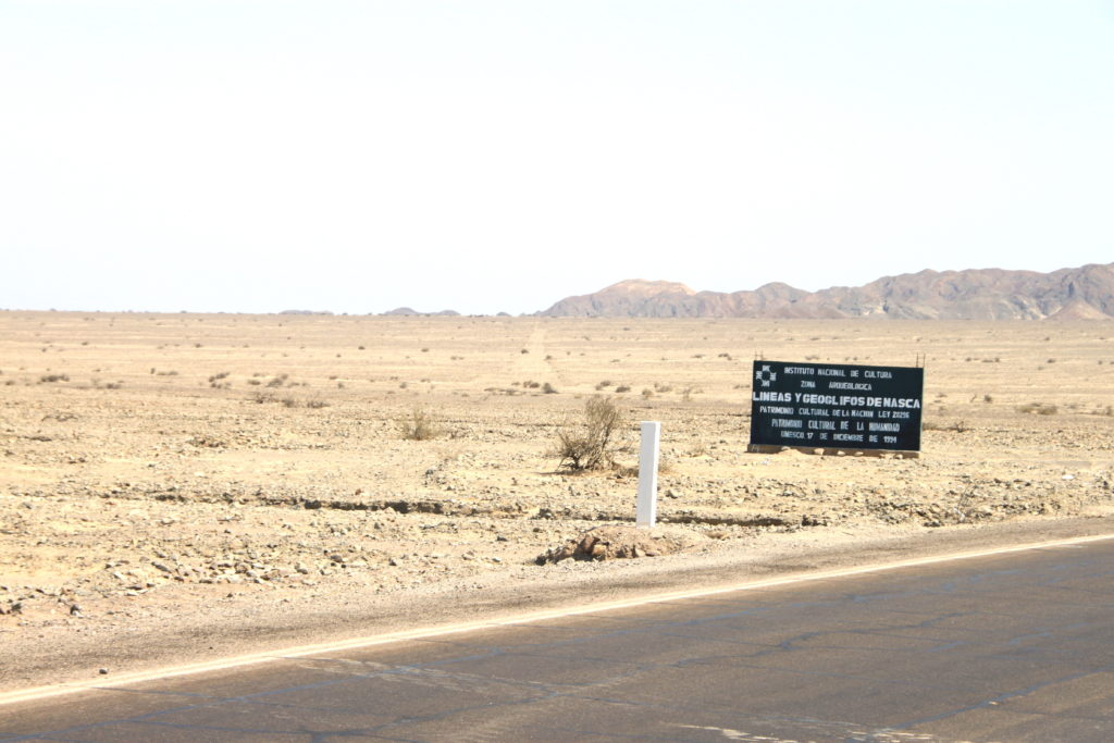 ナスカ平原に立っている地上絵の説明看板