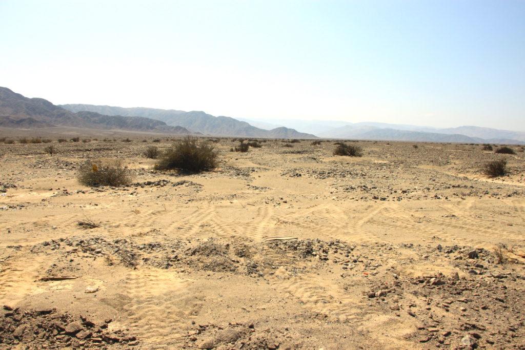 ナスカ平原に残るタイヤの跡