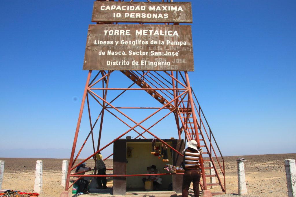 ナスカ平原に建つ古いミラドール