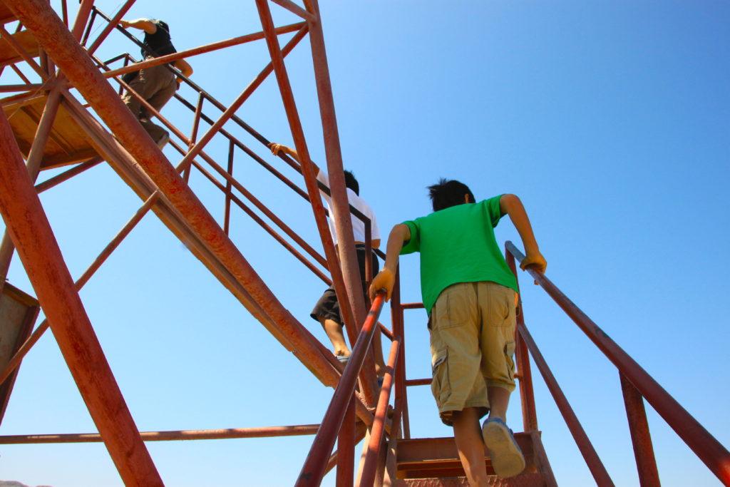 ミラドールに登る子ども達