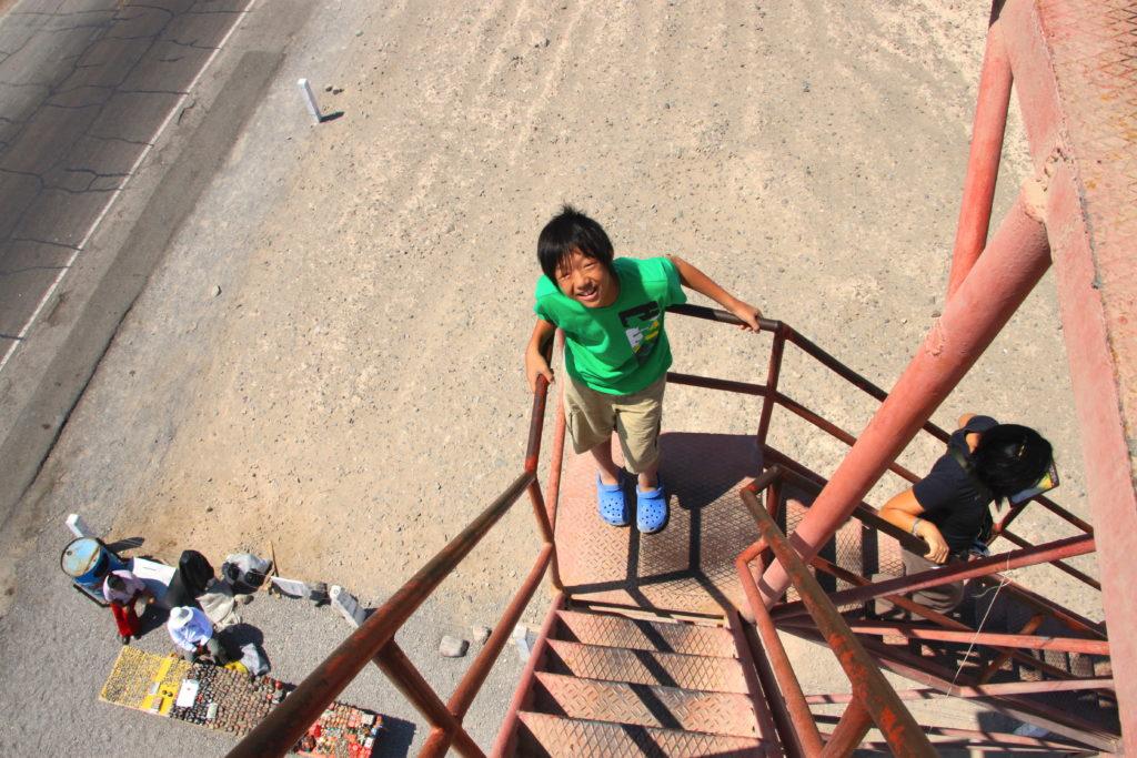 階段の下から見上げる長男