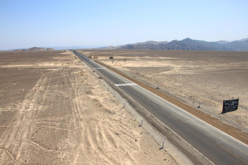 ナスカ平原に伸びるパンアメリカンハイウェイと道路によって消された地上絵
