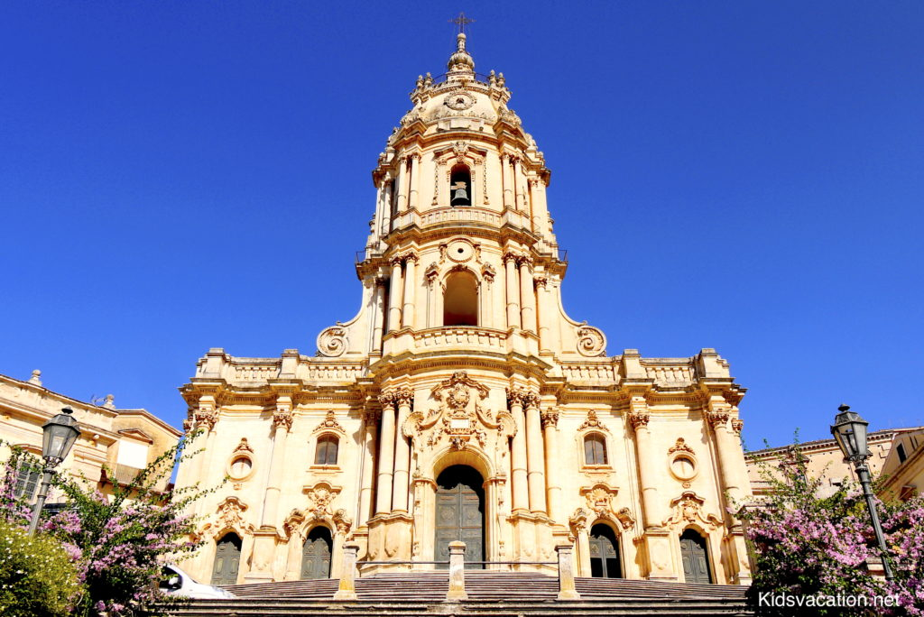 青空を背景にそびえるサン・ジュルジュ大聖堂