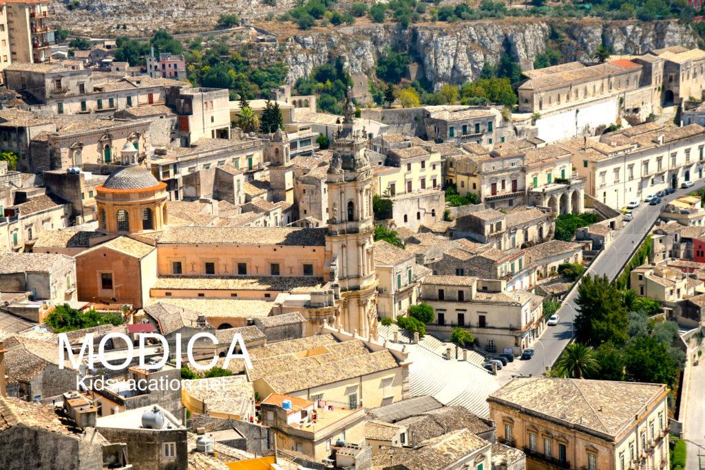 石造りのモディカの街並みとサンジョルジュ大聖堂