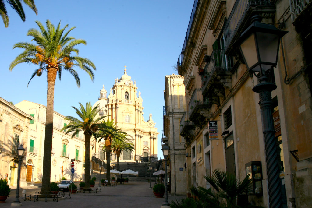 サン・ジョルジョ大聖堂と広場に並ぶ椰子の木