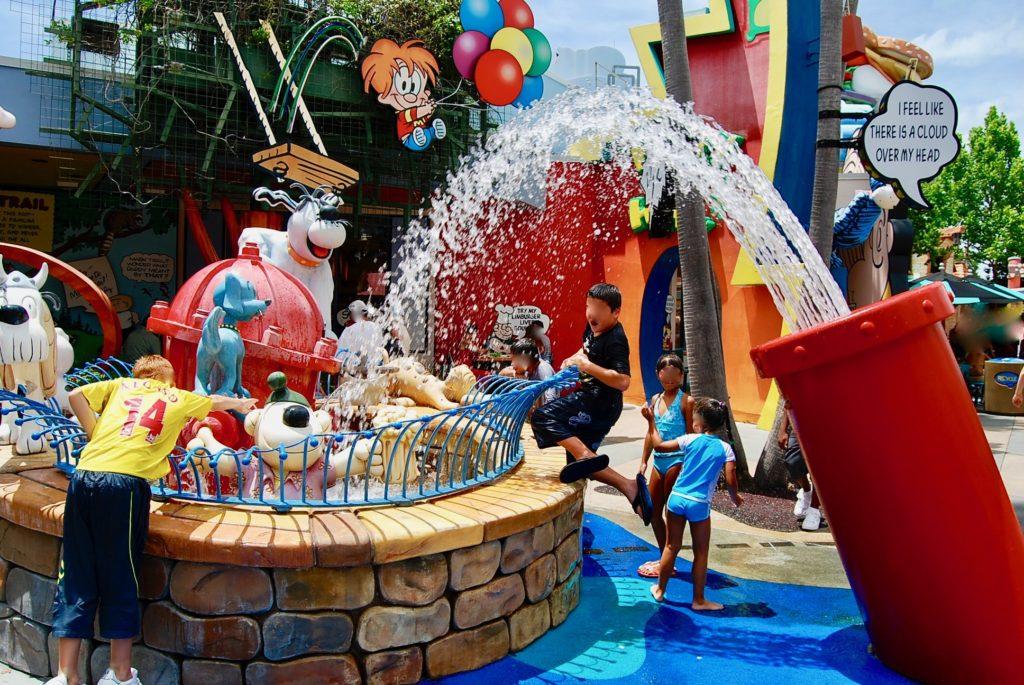 ユニバーサルオーランドリゾートのプレイグランドで遊ぶ子どもたち