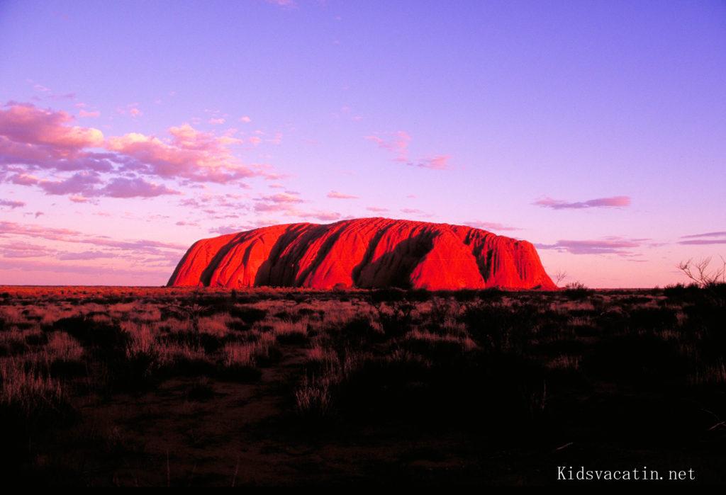 夕日を浴びて赤く染まるウルル