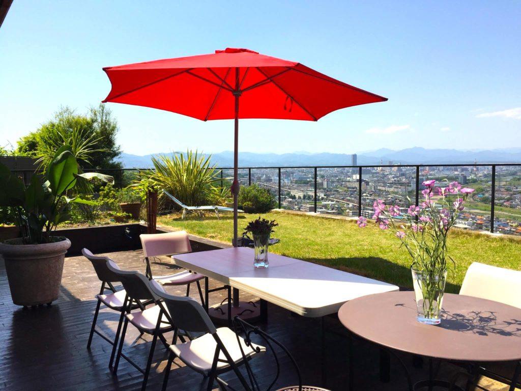 テラスの赤いパラソルとテーブル