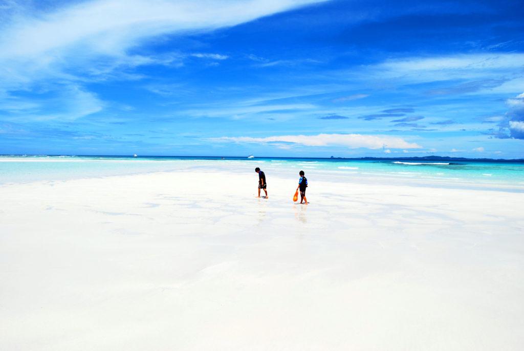 イランジャ島の幻の砂の回廊を歩く子どもたち