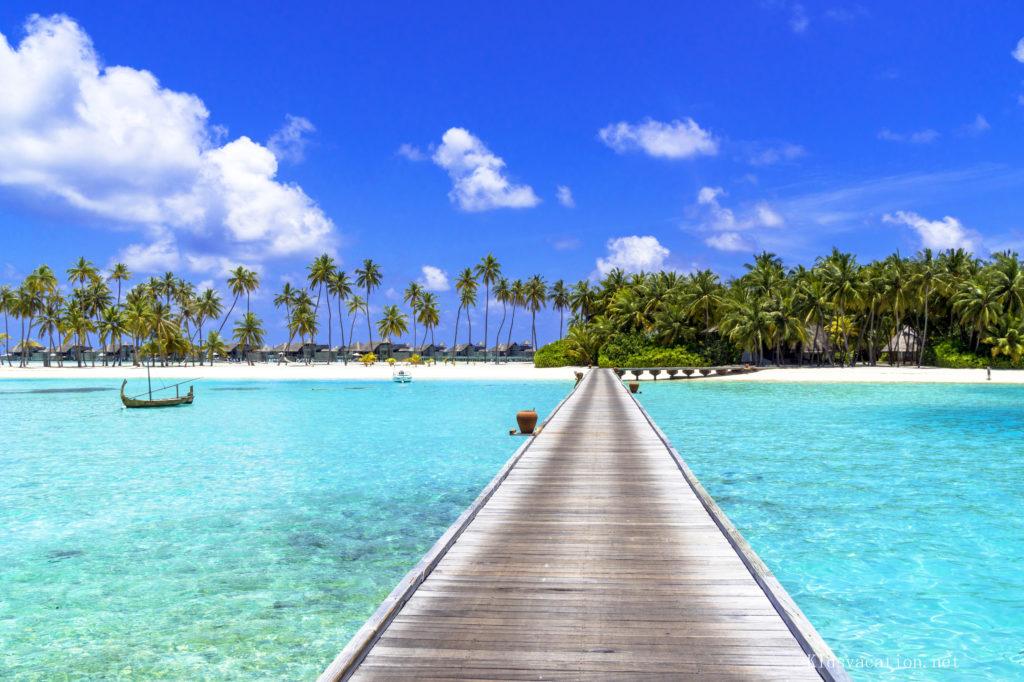 モルジブの海とリゾートホテルの桟橋