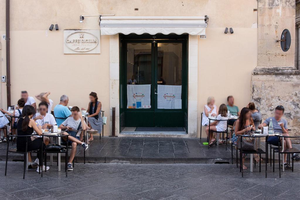 カフェシチリアのお店の外でお茶をする人たち