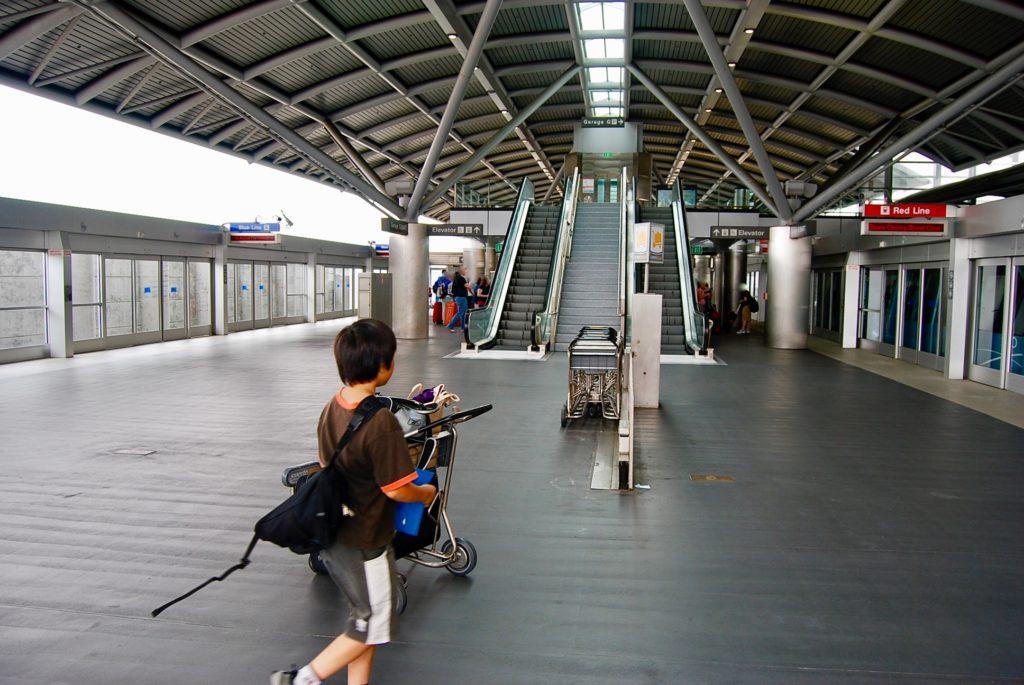エアトレインの駅をカートを押して歩く子供達