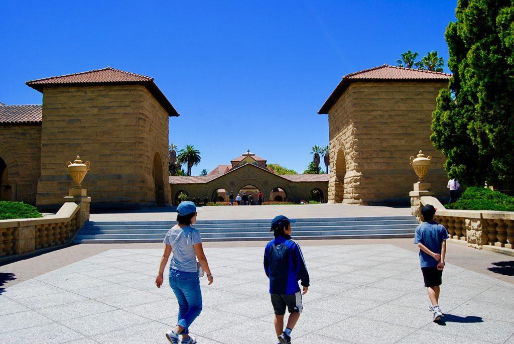 スタンフォード大学の入り口の階段を歩くママと子供達
