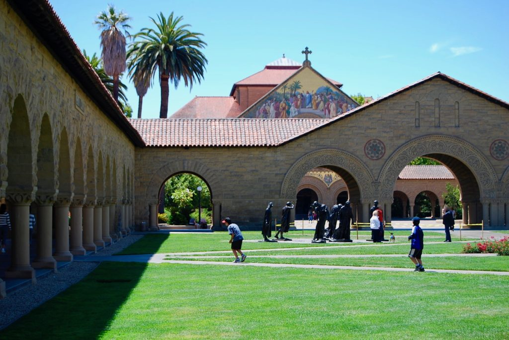 スタンフォード大学の美しい芝とチャペル