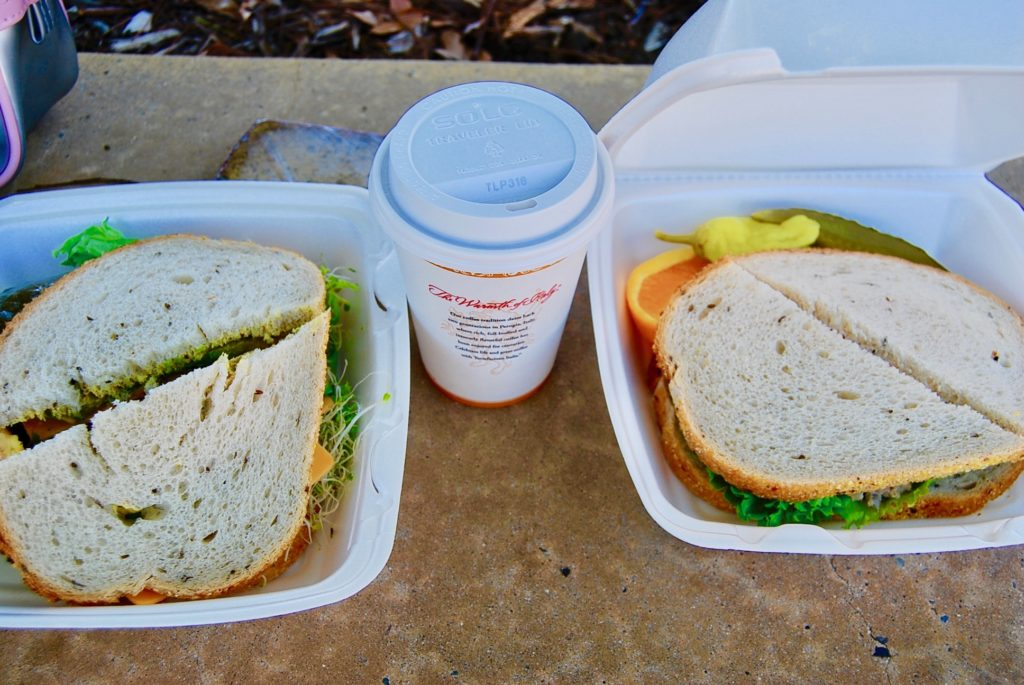 スタンフォード大学のカフェテリアで買ったサンドイッチとカフェラテ