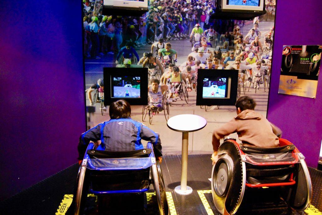 テックミュージアムで車椅子レースを体験する子供達