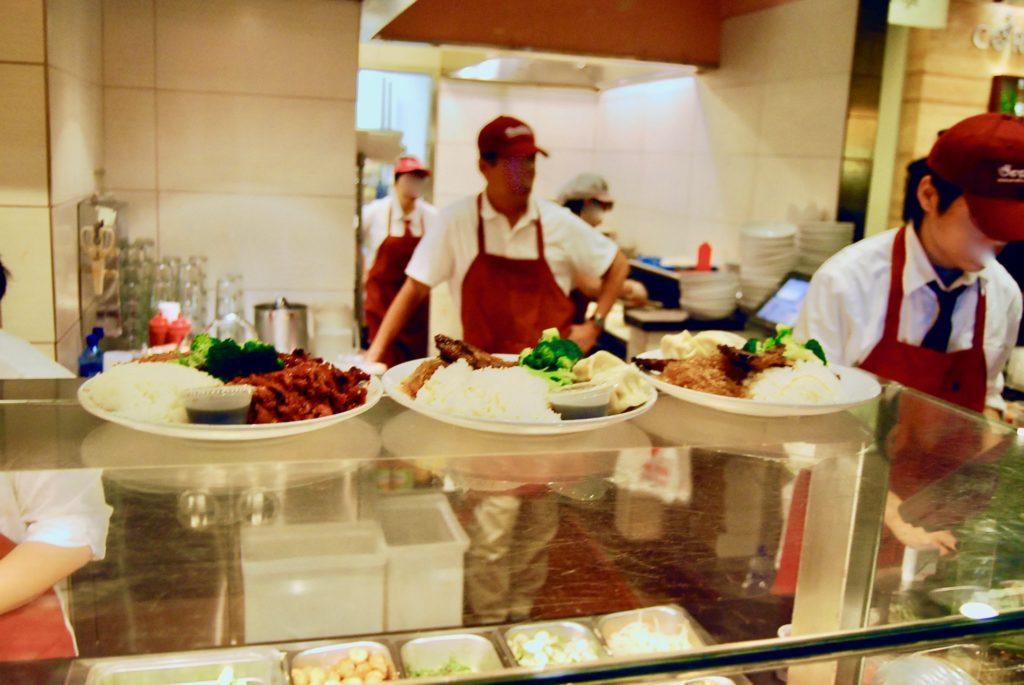 ウェストフィールドのフードコートにある韓国料理屋のカウンター