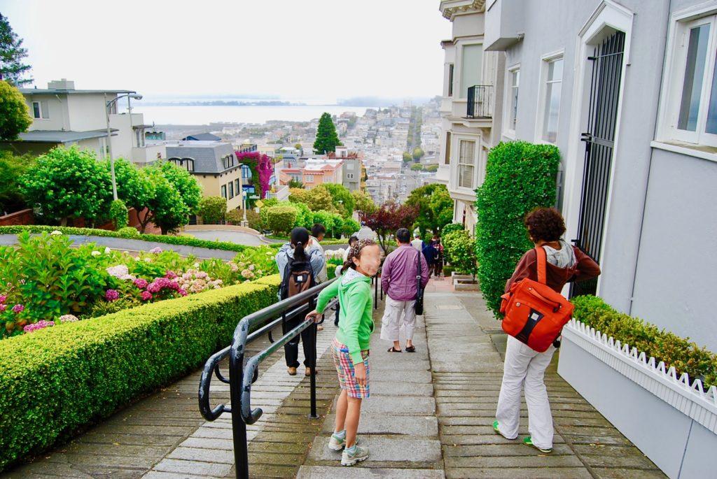 ロンバードストリートを歩く観光客