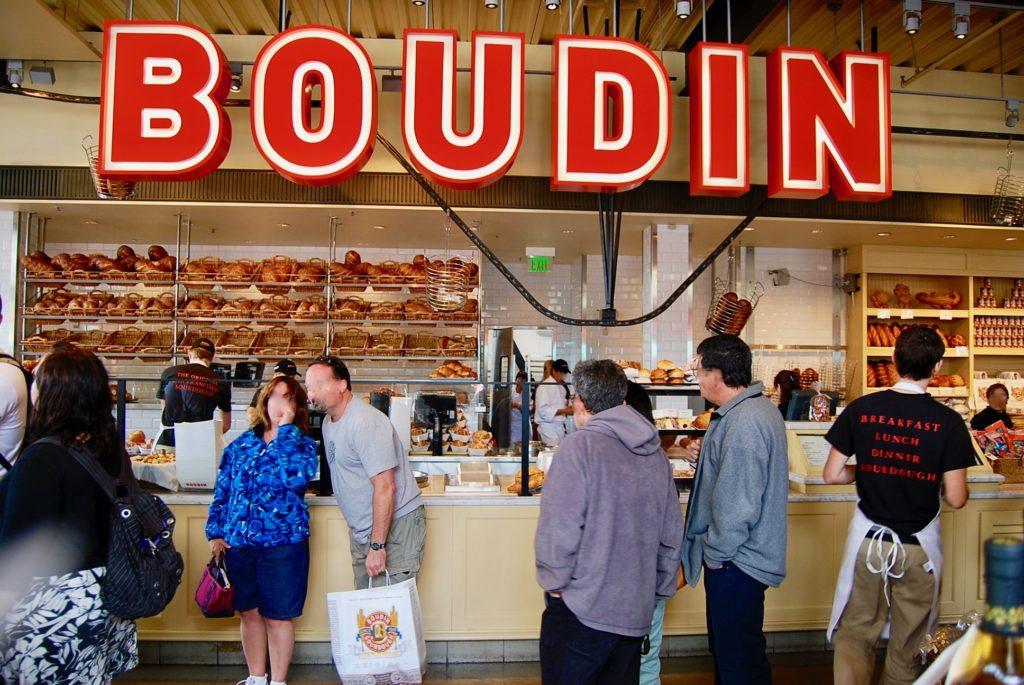 ボーディンの店内のロゴとパン売り場