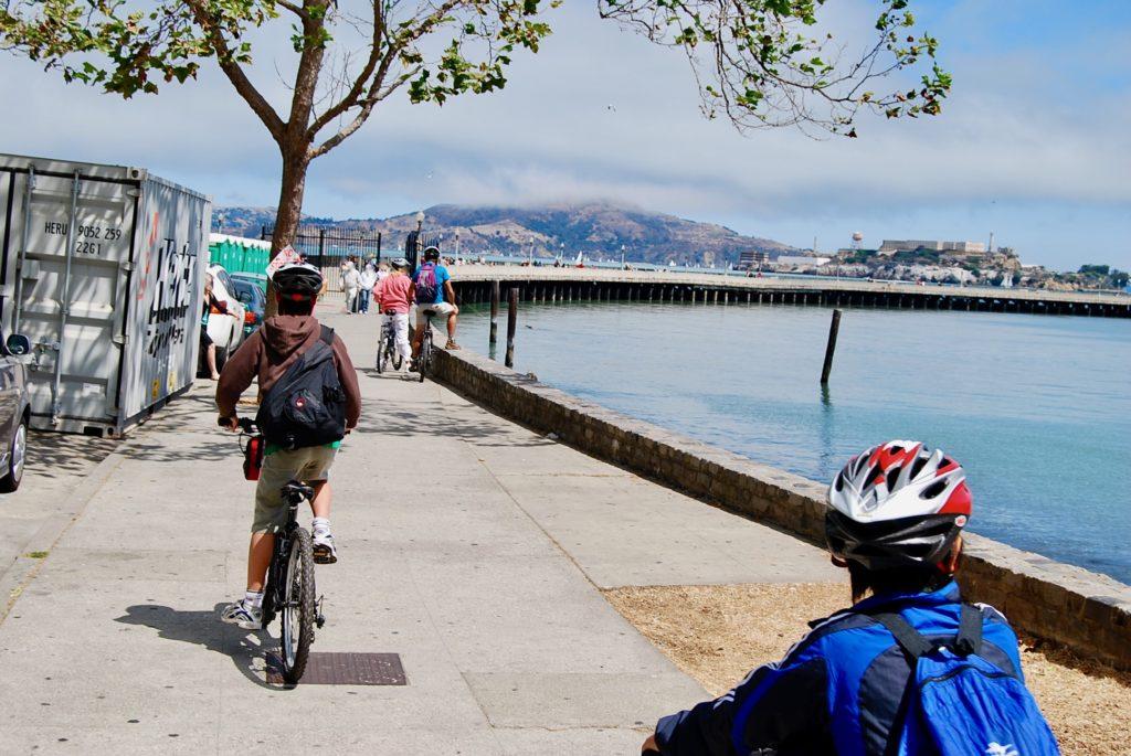 サンフランシスコのウォータフロントをサイクリングする