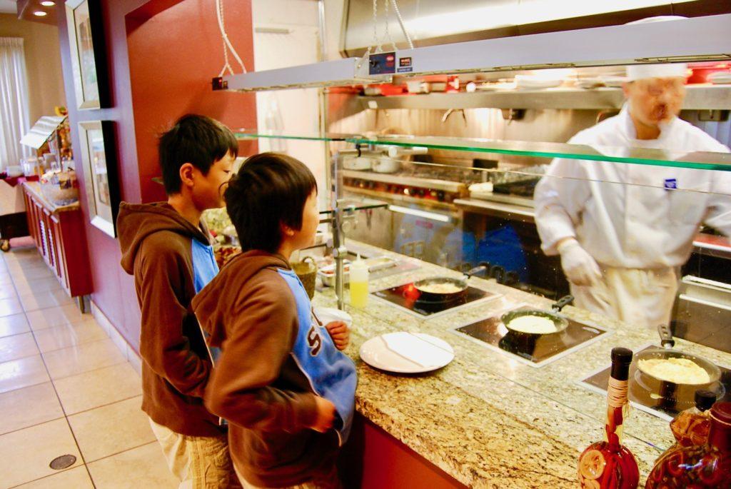 朝食のオムレツコーナーでオーダーする子供達