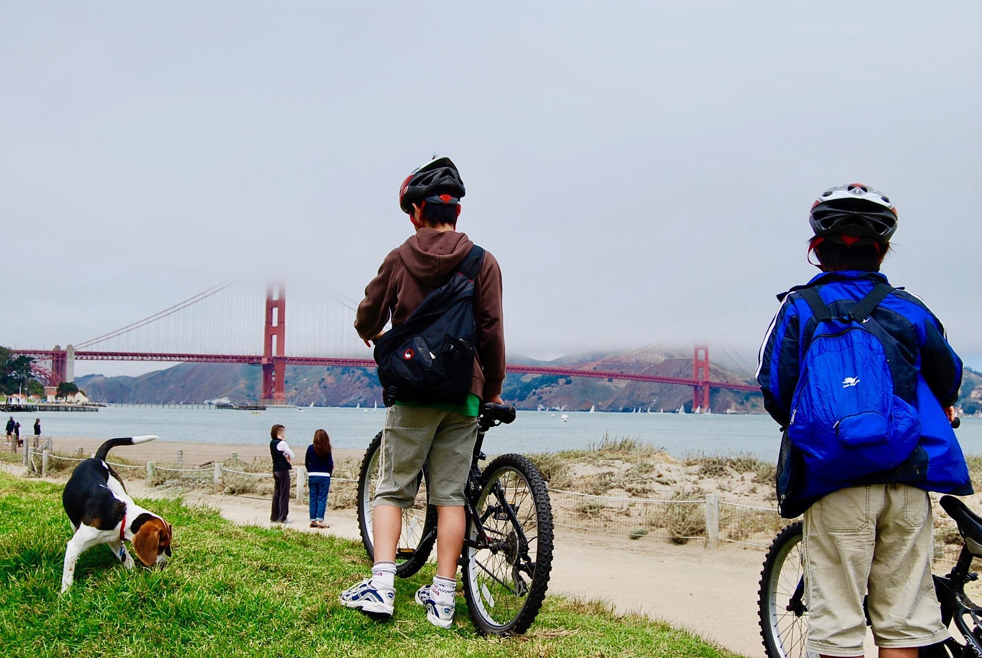ゴールデンゲートブリッジへ向かってサイクリングする子供達