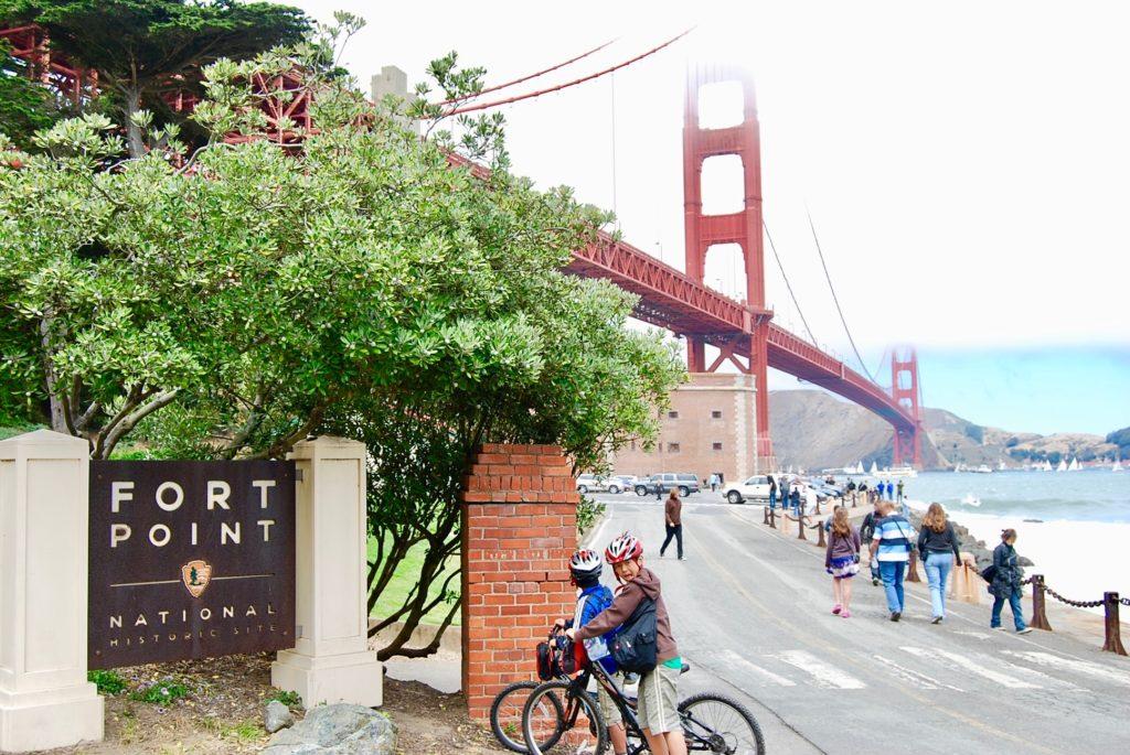 フォートポイントの入り口で自転車にまたがってこちらを振り向く長男