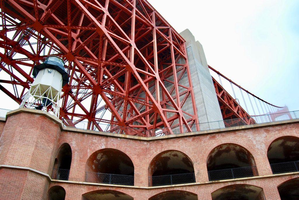 フォートポイントからの煉瓦造りの建物とその上をまたぐゴールデンゲートブリッジ