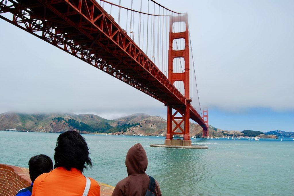 金門海峡とゴールデンゲートブリッジを眺めるママと子供達