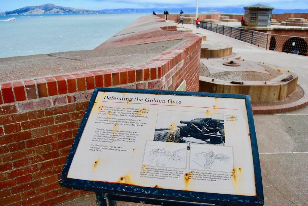 屋上の砲台と金門海峡