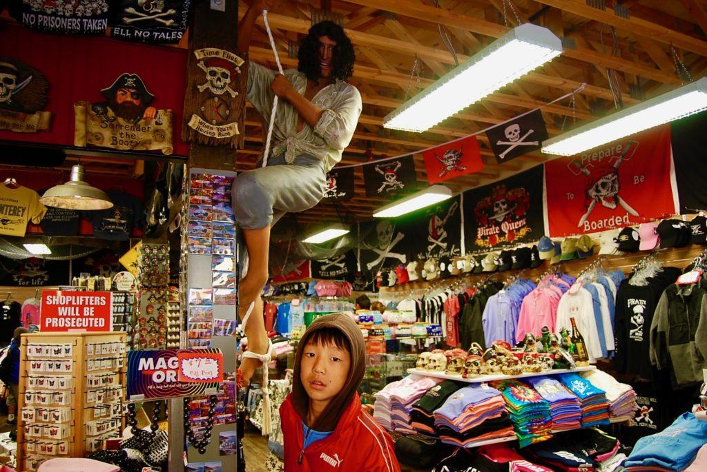 お土産ショップで海賊の人形と写る長男