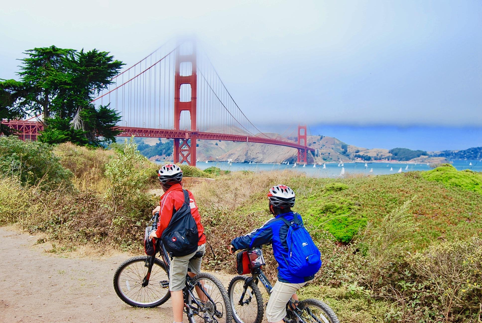 ゴールデンゲートブリッジと自転車にまたがる子供たち