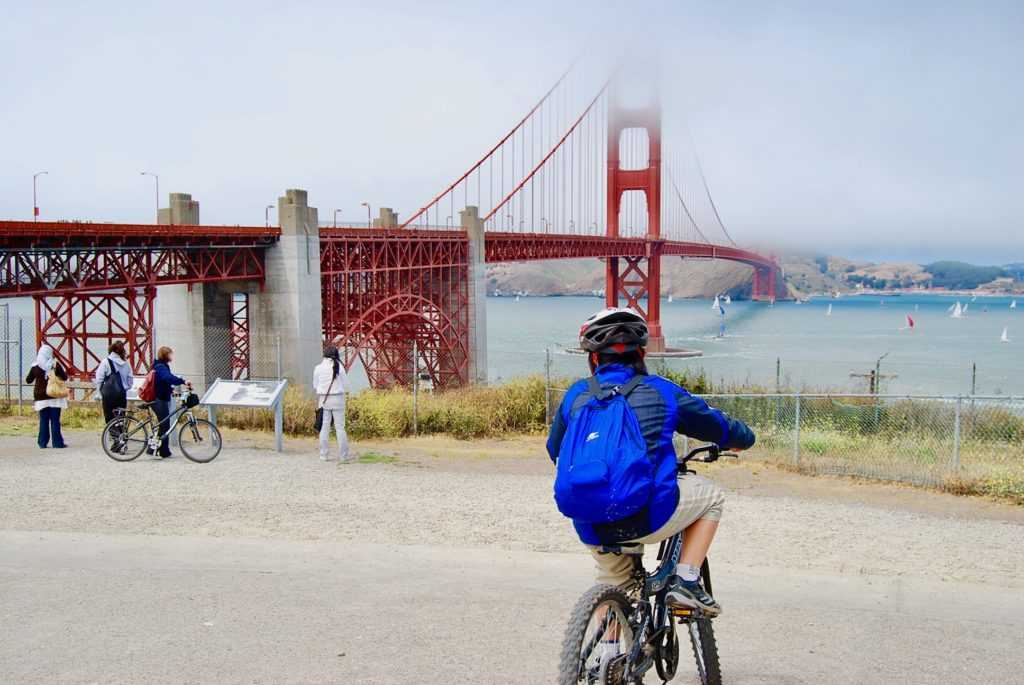 ゴールデンゲートブリッジに向かって自転車を漕ぐ次男