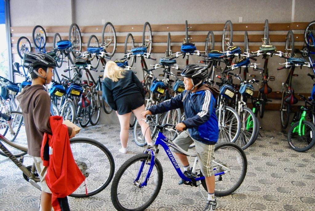 レンタサイクルショップで自転車を選ぶ