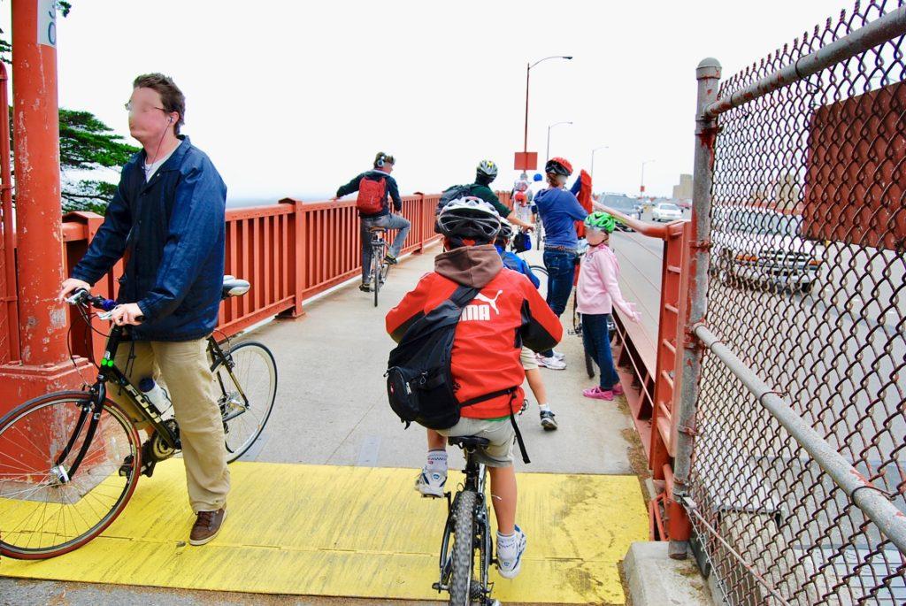 ゴールデンゲートブリッジを自転車で渡る子供達
