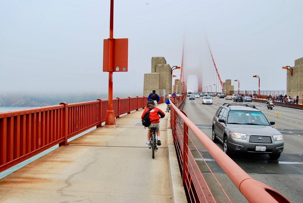橋の西側舗道を進む