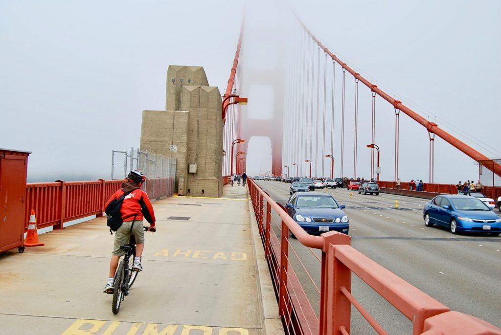 ゴールデンゲートブリッジの自転車専用歩道をサイクリングする長男