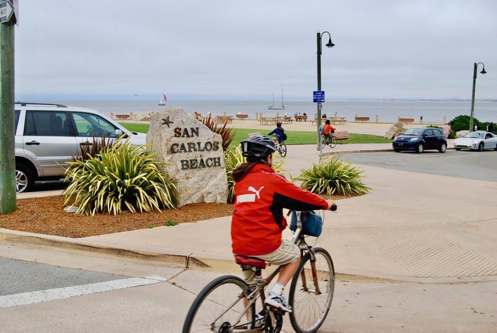 自転車専用道を走る子供達
