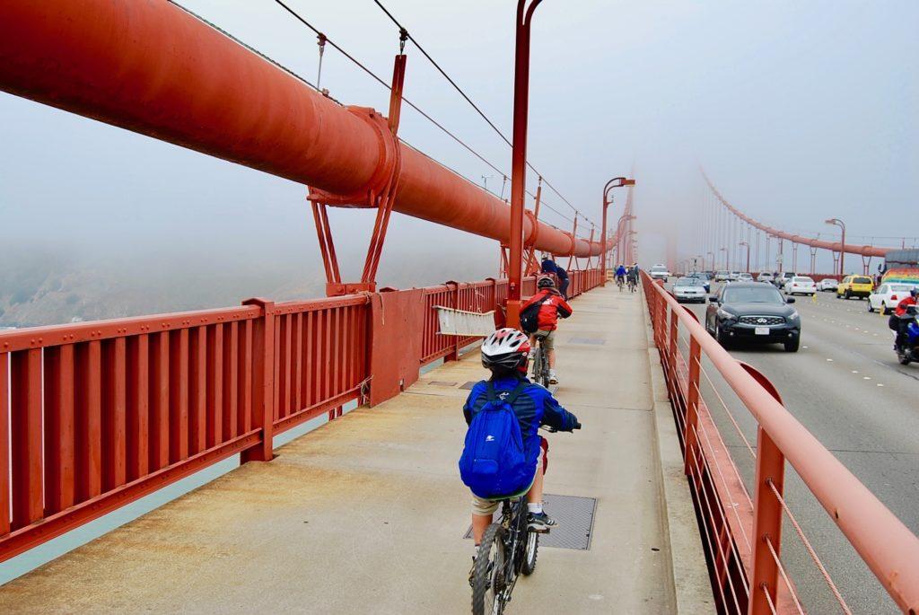 ゴールデンゲートブリッジを自転車で走る子供達