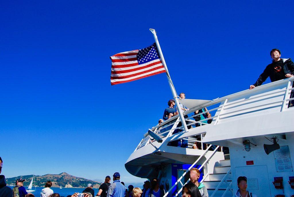 サウサリートからサンフランシスコへ行くフェリーと船に掲げられた星条旗
